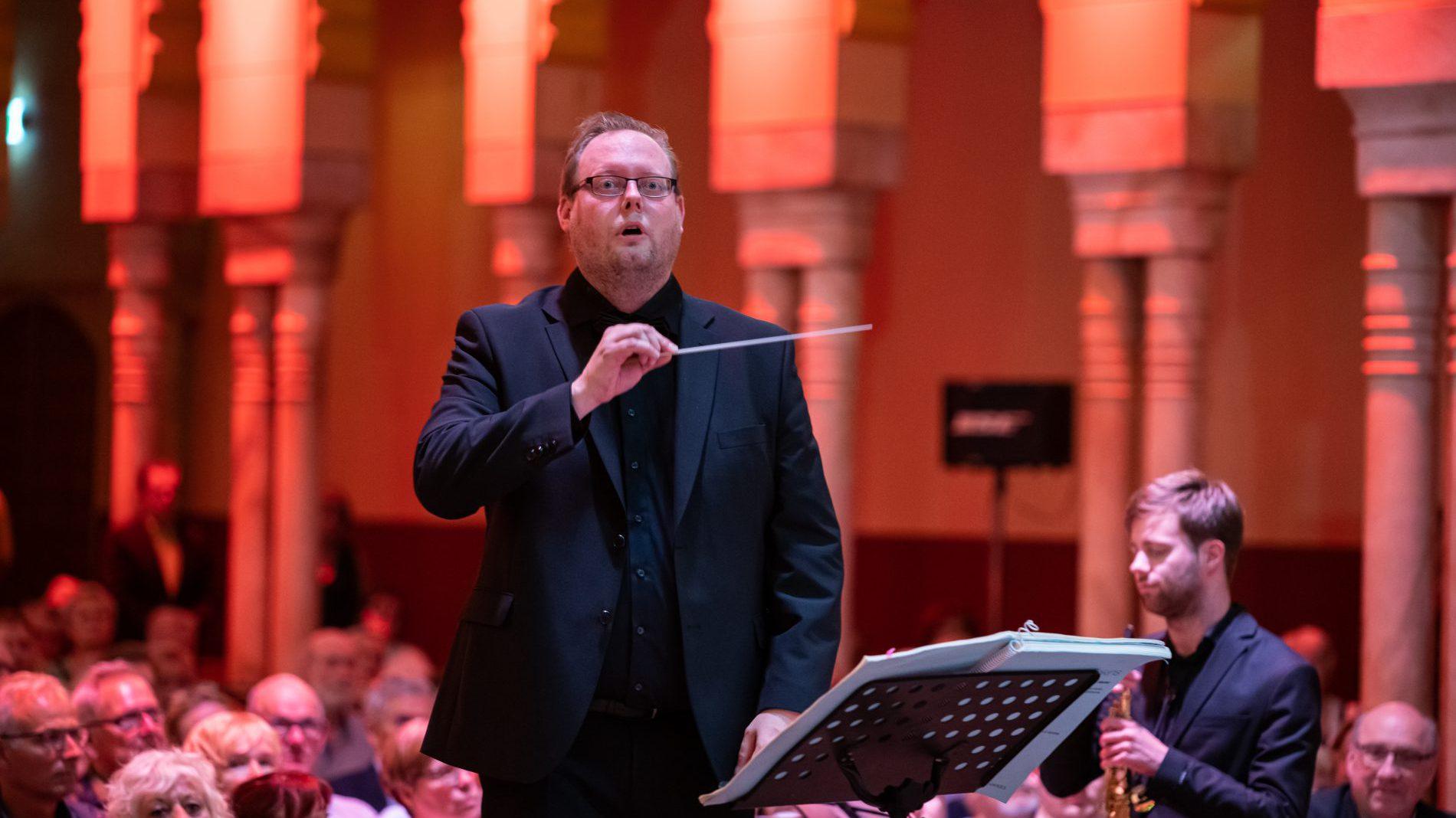 Steven van Kempen dirigent met dirigent stok